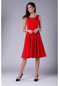 Nommo - Czerwona Rozkloszowana Sukienka Midi z Prześwitującym Karczkiem. Kolor: czerwony. Materiał: wiskoza, poliester. Długość: midi