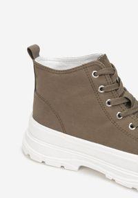 Born2be - Oliwkowe Trampki Xusculea. Wysokość cholewki: za kostkę. Nosek buta: okrągły. Zapięcie: sznurówki. Kolor: brązowy. Materiał: materiał, guma. Szerokość cholewki: normalna. Obcas: na obcasie. Wysokość obcasa: niski