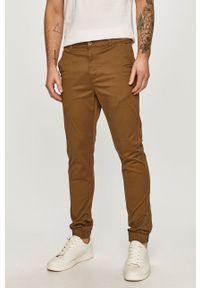 Only & Sons - Spodnie. Kolor: brązowy. Materiał: tkanina. Wzór: gładki