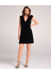 LA MANIA - Sukienka z piórami Foga. Okazja: na imprezę. Kolor: czarny. Wzór: aplikacja. Typ sukienki: rozkloszowane. Styl: elegancki. Długość: mini #3