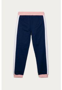 Różowe spodnie dresowe Guess z nadrukiem