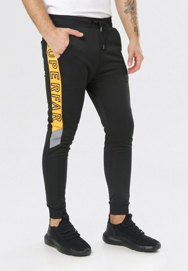 Czarne spodnie dresowe Born2be