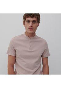Reserved - Koszulka polo z niską stójką - Różowy. Typ kołnierza: kołnierzyk stójkowy, polo. Kolor: różowy
