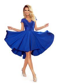 Niebieska sukienka wizytowa Numoco w koronkowe wzory, asymetryczna, z asymetrycznym kołnierzem
