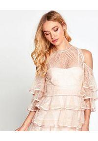 ALICE MCCALL - Pudrowa sukienka Endless Rivers. Kolor: wielokolorowy, różowy, fioletowy. Materiał: koronka, satyna. Wzór: aplikacja, koronka. Typ sukienki: z odkrytymi ramionami. Styl: klasyczny. Długość: mini