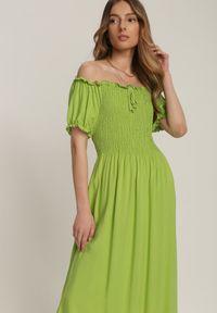 Renee - Jasnozielona Sukienka Adrarina. Typ kołnierza: dekolt hiszpanka. Kolor: zielony. Materiał: wiskoza. Styl: boho. Długość: maxi