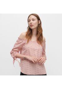 Różowa bluzka Reserved w ażurowe wzory