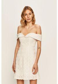 Biała sukienka Guess Jeans z dekoltem typu hiszpanka, bez ramiączek, casualowa