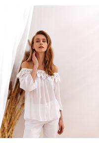 TOP SECRET - Bluzka z koronkowym zdobieniem przy dekolcie. Kolor: biały. Materiał: koronka. Wzór: aplikacja. Sezon: lato. Styl: elegancki