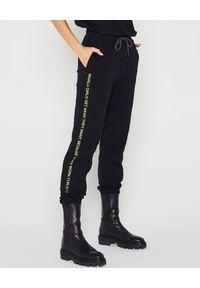 MARLU - Czarne spodnie dresowe. Kolor: czarny. Materiał: dresówka. Wzór: napisy