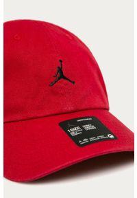 Czerwona czapka z daszkiem Jordan z aplikacjami