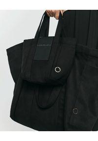 ANIA KUCZYŃSKA - Czarna bawełniana torba Mini Shanghai. Kolor: czarny. Wzór: aplikacja. Styl: casual