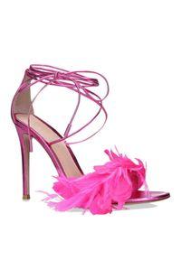 GIANVITO ROSSI - Różowe sandały z ozdobnymi piórami. Okazja: na imprezę. Nosek buta: okrągły. Zapięcie: pasek. Kolor: fioletowy, różowy, wielokolorowy. Materiał: lakier. Wzór: aplikacja. Styl: wizytowy