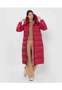 TwinSet - Czerwona długa kurtka zimowa Twinset. Kolor: czerwony. Materiał: puch, poliester. Długość rękawa: długi rękaw. Długość: długie. Sezon: zima