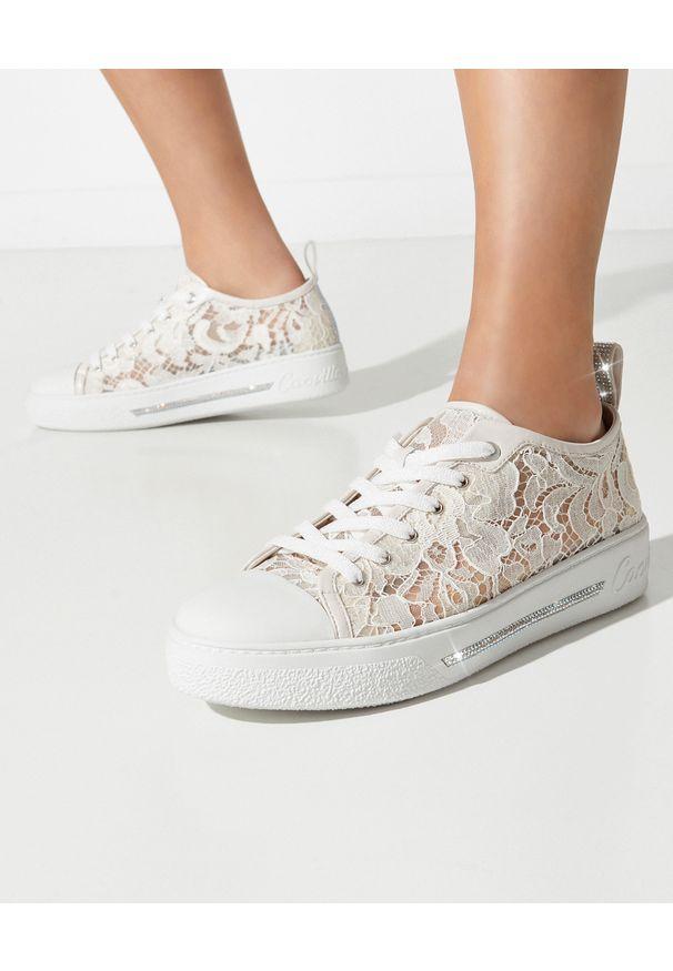 RENE CAOVILLA - Kremowe sneakersy Lace z kryształami. Kolor: biały. Materiał: tkanina, guma, koronka. Wzór: napisy, aplikacja