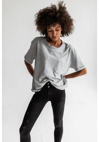 Marsala - T-shirt damski w kolorze szary melanż z kieszonką SPLIT GREY BY MARSALA. Kolor: szary. Materiał: jeans, elastan, bawełna. Długość rękawa: krótki rękaw. Długość: krótkie. Wzór: melanż