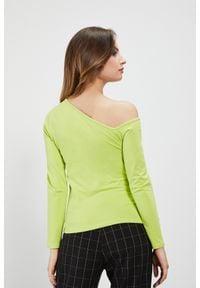 MOODO - Bluzka z asymetrycznym dekoltem. Materiał: elastan, bawełna. Długość rękawa: długi rękaw. Długość: długie. Wzór: gładki