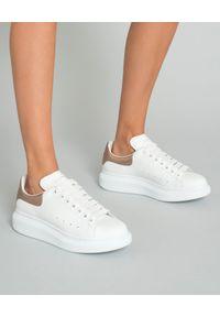 Białe sneakersy Alexander McQueen na co dzień