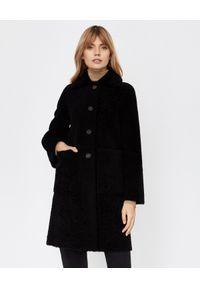 ALMAROSAFUR - Czarny płaszcz ze skóry owczej. Kolor: czarny. Materiał: skóra. Długość rękawa: długi rękaw. Długość: długie. Wzór: aplikacja. Sezon: jesień, zima. Styl: klasyczny