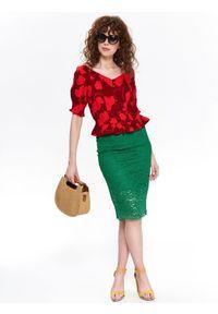TOP SECRET - Printowana bluzka z baskinką. Typ kołnierza: dekolt w serek. Kolor: czerwony. Materiał: materiał. Długość rękawa: krótki rękaw. Długość: krótkie. Wzór: kolorowy. Sezon: lato, wiosna. Styl: elegancki