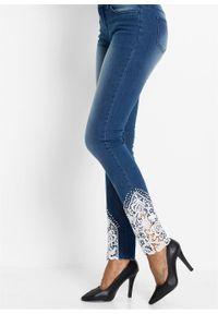 Niebieskie jeansy bonprix w koronkowe wzory