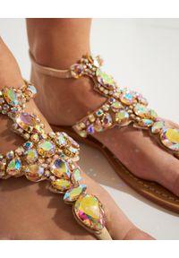 MYSTIQUE SHOES - Sandały z kryształami Ocean Ridge. Kolor: beżowy. Materiał: zamsz. Wzór: aplikacja