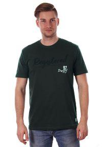 Zielony T-shirt Męski z Nadrukiem, w Napisy, Krótki Rękaw, Just Yuppi, Oliwkowa Koszulka. Okazja: na co dzień. Kolor: zielony, oliwkowy, wielokolorowy. Materiał: bawełna. Długość rękawa: krótki rękaw. Długość: krótkie. Wzór: nadruk. Styl: casual