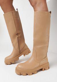 Born2be - Ciemnobeżowe Kozaki Dida. Wysokość cholewki: przed kolano. Nosek buta: okrągły. Zapięcie: bez zapięcia. Kolor: beżowy. Szerokość cholewki: normalna. Wzór: jednolity