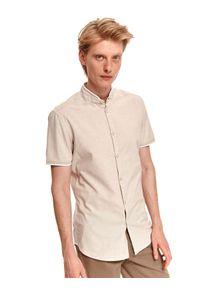 TOP SECRET - Koszula męska ze stójką i krótkim rękawem wykończona lamówką. Typ kołnierza: kołnierzyk stójkowy. Kolor: beżowy. Materiał: bawełna, tkanina. Długość rękawa: krótki rękaw. Długość: krótkie. Styl: elegancki