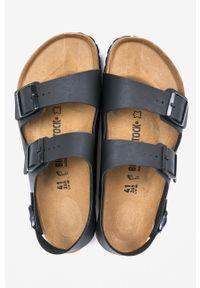 Czarne sandały Birkenstock na klamry, na średnim obcasie, na obcasie