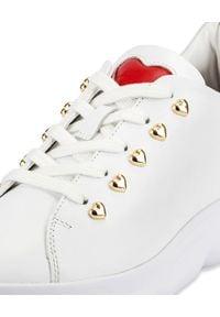 MOSCHINO - Białe sneakersy ze złotymi detalami. Okazja: na co dzień. Kolor: biały. Materiał: guma. Wzór: napisy, aplikacja