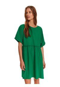 TOP SECRET - Luźna, dzianinowa sukienka z krótkim rękawem. Okazja: na co dzień. Kolor: zielony. Materiał: dzianina. Długość rękawa: krótki rękaw. Wzór: aplikacja. Sezon: jesień. Styl: casual