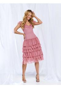 TOP SECRET - Elegancka tiulowa sukienka z falbanami. Okazja: na wesele, na ślub cywilny, na imprezę. Kolor: różowy. Materiał: tiul. Długość rękawa: bez rękawów. Sezon: lato. Styl: elegancki. Długość: midi