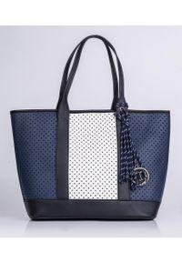 Niebieska torebka Monnari z frędzlami, w ażurowe wzory