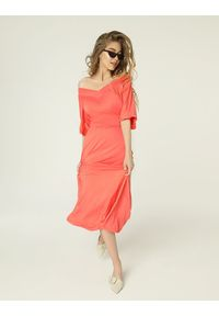 Madnezz - Sukienka Evie - koral. Typ kołnierza: typu carmen. Kolor: pomarańczowy. Materiał: elastan, wiskoza. Typ sukienki: proste. Długość: midi