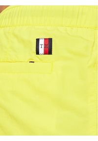 TOMMY HILFIGER - Tommy Hilfiger Szorty kąpielowe Medium UM0UM02055 Żółty Regular Fit. Kolor: żółty