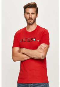 Czerwony t-shirt Guess Jeans z okrągłym kołnierzem, z nadrukiem
