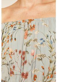 Niebieska bluzka medicine boho, z dekoltem typu hiszpanka, w kwiaty