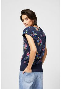 Niebieska bluza MOODO z dekoltem w serek, z nadrukiem, krótka