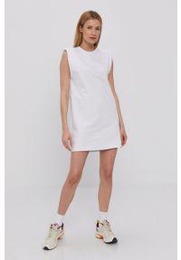 Haily's - Sukienka. Okazja: na co dzień. Kolor: biały. Materiał: dzianina. Wzór: gładki. Typ sukienki: proste. Styl: casual