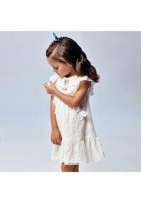 Mayoral Sukienka codzienna 3944 Biały Regular Fit. Okazja: na co dzień. Kolor: biały. Typ sukienki: proste. Styl: casual