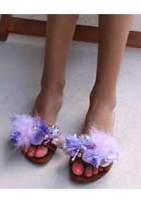 ALAMEDA TURQUESA - Skórzane klapki Lilac Dream. Kolor: różowy, fioletowy, wielokolorowy. Materiał: skóra. Wzór: kwiaty, aplikacja. Sezon: lato