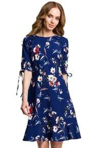 MOE - Lekko dopasowana sukienka w kwiaty z falbaną. Typ kołnierza: kołnierz z falbankami. Materiał: tkanina, elastan, materiał. Wzór: kwiaty. Typ sukienki: dopasowane. Styl: elegancki