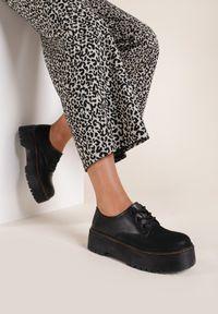 Renee - Czarne Półbuty Merela. Nosek buta: okrągły. Kolor: czarny. Szerokość cholewki: normalna. Wzór: prążki