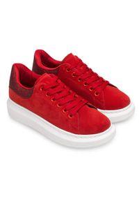 Czerwone buty sportowe N/M w kolorowe wzory, trekkingowe