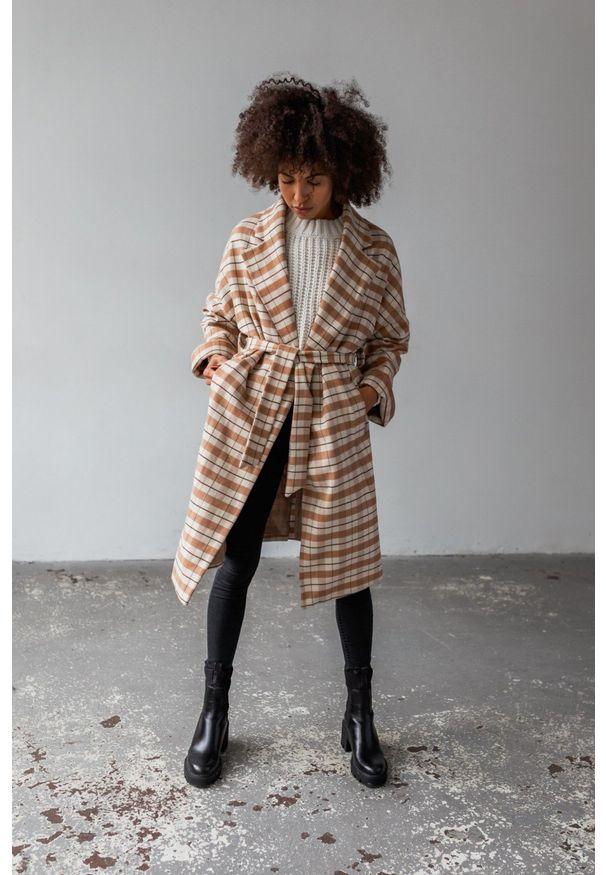 Długi płaszcz typu oversize z wiązaniem duża krata beż-kamel NEW YORK by Marsala. Kolor: beżowy. Materiał: wełna, dzianina, akryl. Długość: długie. Wzór: gładki. Sezon: jesień. Styl: sportowy, elegancki
