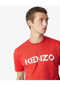 Kenzo - KENZO - Czerwona koszulka z logo. Kolor: czerwony. Materiał: bawełna. Wzór: aplikacja. Styl: klasyczny