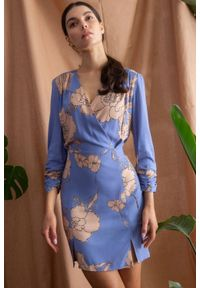 Makover - Ołówkowa sukienka mini w kwiaty z kopertową górą. Typ kołnierza: dekolt kopertowy. Wzór: kwiaty. Typ sukienki: kopertowe, ołówkowe. Styl: elegancki. Długość: mini