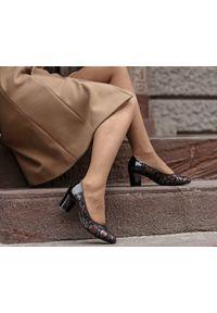 Zapato - czółenka na 5 cm słupku - skóra naturalna - model 1252 - kolor czarne liście. Kolor: czarny. Materiał: skóra. Obcas: na słupku