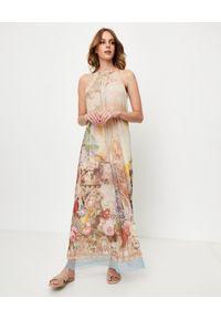 ANA ALCAZAR - Beżowa sukienka z nadrukiem. Kolor: beżowy. Materiał: materiał. Wzór: nadruk. Sezon: lato. Typ sukienki: z odkrytymi ramionami. Długość: maxi